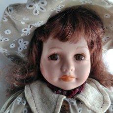 Muñecas Modernas: MUÑECA PORCELANA CON VESTIDO FLORES CAMPESTRE Y SOMBRERITO TELA 40 CM CASA DE LA PRADERA. Lote 106571812