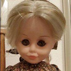 Muñecas Modernas: ANTIGUA MUÑECA ITALOCREMONA AÑOS 50/ 60 CON MECEDORA DE MADERA.MAD ITALY. Lote 110834323