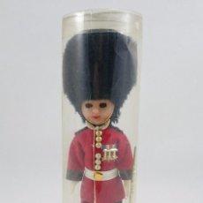 Muñecas Modernas: MUÑECA INGLESA GUARDIA REAL BRITÁNICA EN SU CAJA. OJOS DURMIENTES. Lote 112409223