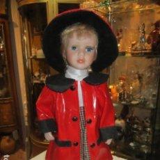 Muñecas Modernas: ´PRECIOSA MUÑECA DE PORCELANA, CON IMPERMEABLE ROJO. CUERPO BLANDO. 43 CMS. ALTURA.. Lote 113239403