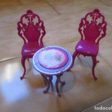 Moderne Puppen - Mesa y sillas de plástico. Sirven para muñecas tipo monster high. - 114103915