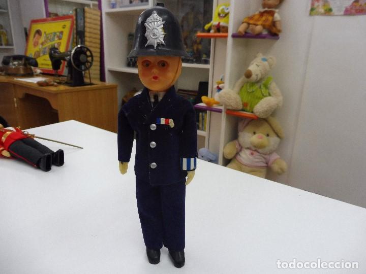 MUÑECO CELULOIDE POLICÍA INGLÉS BOBBY AÑOS 60 OJOS DURMIENTES (Juguetes - Muñeca Extranjera Moderna - Otras Muñecas)
