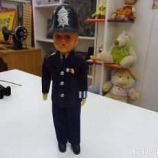 Muñecas Modernas: MUÑECO CELULOIDE POLICÍA INGLÉS BOBBY AÑOS 60 OJOS DURMIENTES. Lote 118470287
