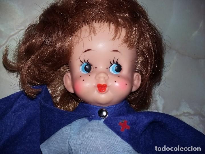 Muñecas Modernas: graciosa muñeca pelirroja de enfermera made in hong kong años 60 con sello de 1 flor en la espalda - Foto 2 - 132175182