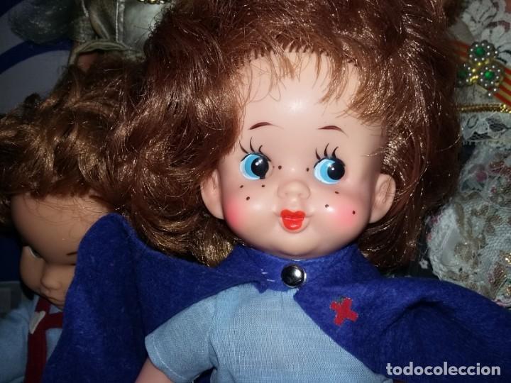 Muñecas Modernas: graciosa muñeca pelirroja de enfermera made in hong kong años 60 con sello de 1 flor en la espalda - Foto 4 - 132175182