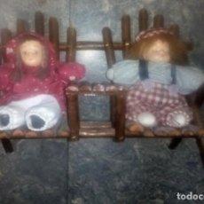 Muñecas Modernas: LOTE DE 2 MUÑECOS PEQUEÑOS CON BANCO. Lote 132554034