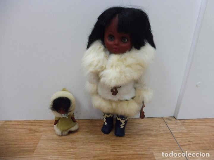 Usado, Muñeca negra de color con niña y bebé con abrigos de piel ojos durmientes procedente de Alaska (J) segunda mano
