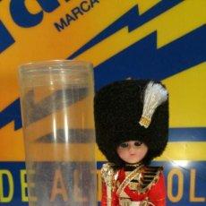 Muñecas Modernas: MUÑEQUITO GUARDIA REAL INGLES, EN CELULOIDE OJOS DURMIENTES AÑOS 60. Lote 137589150