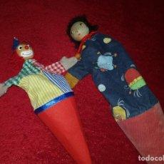 Muñecas Modernas: LOTE DE 2 ANTIGUAS MARIONETAS PAYASO CUCURUCHO.MADERA Y TEJIDO.. Lote 137980758