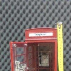 Muñecas Modernas: CABINA DE TELÉFONOS DE MUÑECA BRATZ, VÁLIDA PARA FIGURAS A ESCALA. Lote 140549210