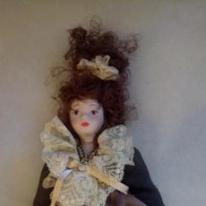 Muñecas Modernas: ANTIGUA MUÑECA DE EUROPA CON PRECIOSO VESTIDO . PORCELANA. Lote 142781806