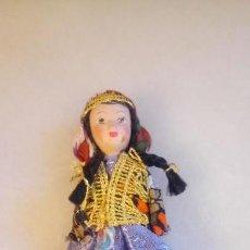 Muñecas Modernas: ANTIGUA MUÑECA CON VESTIDO TRADICIONAL. Lote 142781990
