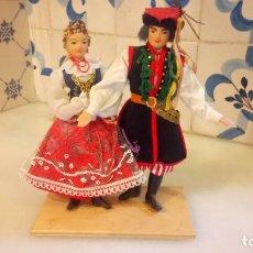 Muñecas Modernas: ANTIGUAS MUÑECAS CON VESTIDOS TRADICIONALES. Lote 142782354