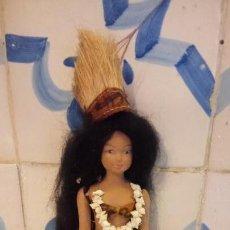 Muñecas Modernas: ANTIGUA MUÑECA CON VESTIDO TRADICIONAL DE HAWAII. USA. DE CERAMICA. Lote 142782726