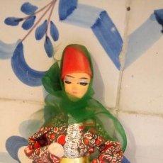 Muñecas Modernas: ANTIGUA MUÑECA CON VESTIDO TRADICIONAL DE ASIA U INDIA, DE ROPA. Lote 142783562