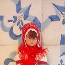 Muñecas Modernas: ANTIGUA MUÑECA DE GOMA CON VESTIDO TRADICIONAL. EUROPA. Lote 142787214