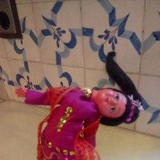 Muñecas Modernas: ANTIGUA MUÑECA DE PLASTICO Y MADERA CON VESTIDO TRADICIONAL DE LA INDIA O EL OESTE DE ASIA. Lote 142788350