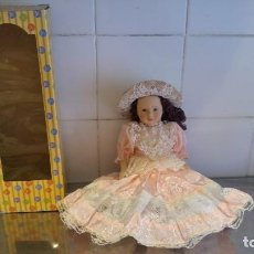 Muñecas Modernas: MUÑECA DE PORCELANA NUEVA-MEDIDAS-32X12-. Lote 143629306