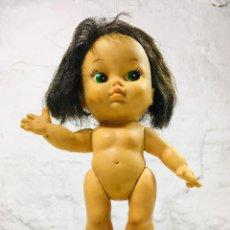 Muñecas Modernas: MUÑECA VINTAGE DE GOMA CON PELO NEGRO AÑOS 70-80 MADE IN JAPAN. Lote 148058334