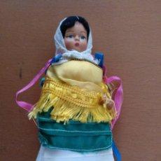 Muñecas Modernas: MUÑECA VESTIDA CON TRAJE TIPICO ALTURA 14 CM (APROX). Lote 151706110