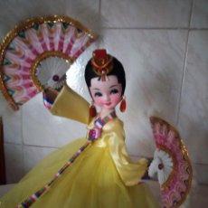 Muñecas Modernas: MUÑECA TRADICIONAL JAPONESA GEISHA CON ABANICOS,PINTADA A MANO PELO DE MOHAIR.. Lote 155686834