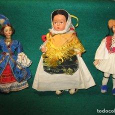 Muñecas Modernas: TRES MUÑECAS CON TRAJES TIPOS ARTESANALES. Lote 156560794