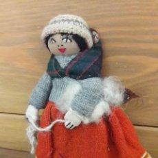 Muñecas Modernas: MUÑECA DE BOLIVIA DE TELA / CON BEBÉ EN LA ESPALDA. MIDE 23 CMS. DE ALTO. Lote 169530520