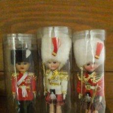 Muñecas Modernas: 3 MUÑECAS POLICIA DE GALA INGLES, 17 CM. DE ALTO. Lote 169680200