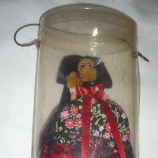 Muñecas Modernas: MUÑECA DE ALSACE O ALSACIA AÑOS 60/70 CON TRAJE REGIONAL Y URNA DE PLÁSTICO. Lote 171758097