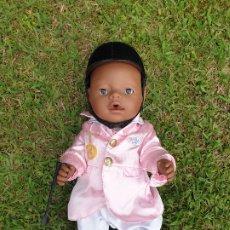 Muñecas Modernas: BABY BORN MUÑECO NEGRO. ROPA HÍPICA COMPLETO. COMPATIBLE CON CABALLO. BUEN ESTADO. Lote 172890428