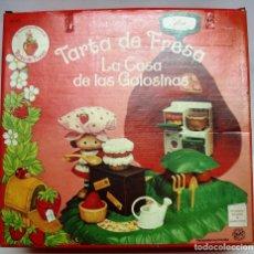 Muñecas Modernas: TARTA DE FRESA: LA CASA DE LAS GOLOSINAS NUEVA. EN SU CAJA ORIGINAL. AÑOS 80 . SIN USAR.. Lote 210618510