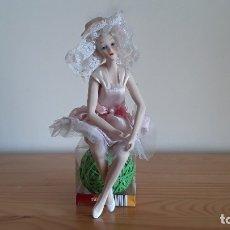 Muñecas Modernas: MUÑECA DE PORCELANA . Lote 179331817