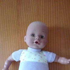 Muñecas Modernas: MUÑECO BEBÉ OJOS MARRONES CUERPO BLANDO RISITAS. Lote 180169758
