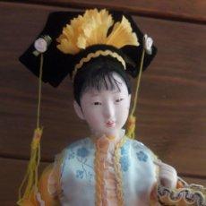 Muñecas Modernas: MUÑECA ORIENTAL PRECIOSA CON BASE DE MADERA , MIDE 40 CM.. Lote 183809741