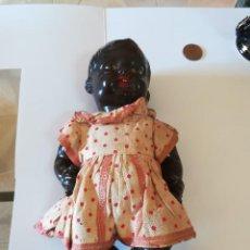 Muñecas Modernas: ANTIGUA MUÑECA DE CERÁMICA NEGRA . NO VEMOS MARCA. CUERPO DE CARTÓN PRENSADO. Lote 186347215