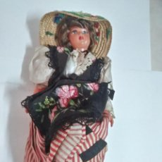 Muñecas Modernas: MUÑECA CON TRAJE TRADICIONAL. Lote 187129168