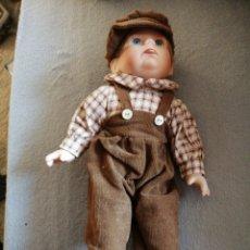 Muñecas Modernas: MUÑECO EN PORCELANA CON PATINETES. Lote 194952307