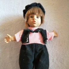 Muñecas Modernas: MUÑECO CON NUMERACIÓN AL DORSO NO SE FABRICANTE. Lote 194953325