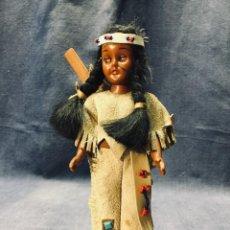 Muñecas Modernas: MUÑECA INDIA DORMILONA HERITAGE DOLLS SUNBELL REMO VESTIDO ANTE 20X7CMS. Lote 195379476
