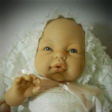 Muñecas Modernas: MUÑECA BEBE ANTONIO JUAN . VESTIDA COMO UN PRIMOR. GORRO, VESTIDO, SALLA, BRAGUITAS TIPO REBORN. Lote 195929015