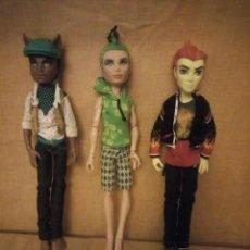 Bambole Moderne: LOTE DE 3 MUÑECAS CHICOS ,MONSTER HIGH, CHICO FUEGO Y OTROS. Lote 197879362