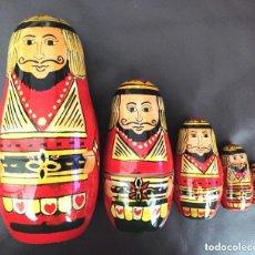 Muñecas Modernas: MUÑECA MUÑECO RUSA DE MADERA FIGURA QUE RECUERDA AL REY DE POQUER. Lote 208015600