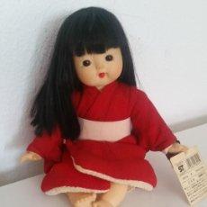Muñecas Modernas: ARMOSA MONECA DE COLECION CHINA HECHA DE GOMA Y CUERPO A TECIDO. Lote 209803610