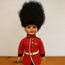 Muñecas Modernas: ANTIGUA MUÑECA CELULOIDE GUARDIA REAL INGLES CON VESTIDO TRADICIONAL AÑOS 60,70 OJOS DURMIENTES. Lote 211525741