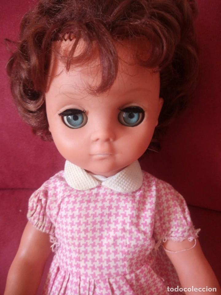 Muñecas Modernas: Preciosa muñeca de plástico posiblemente francesa,grandes ojos. vestida de origen.sin marca.años 70 - Foto 2 - 211750277