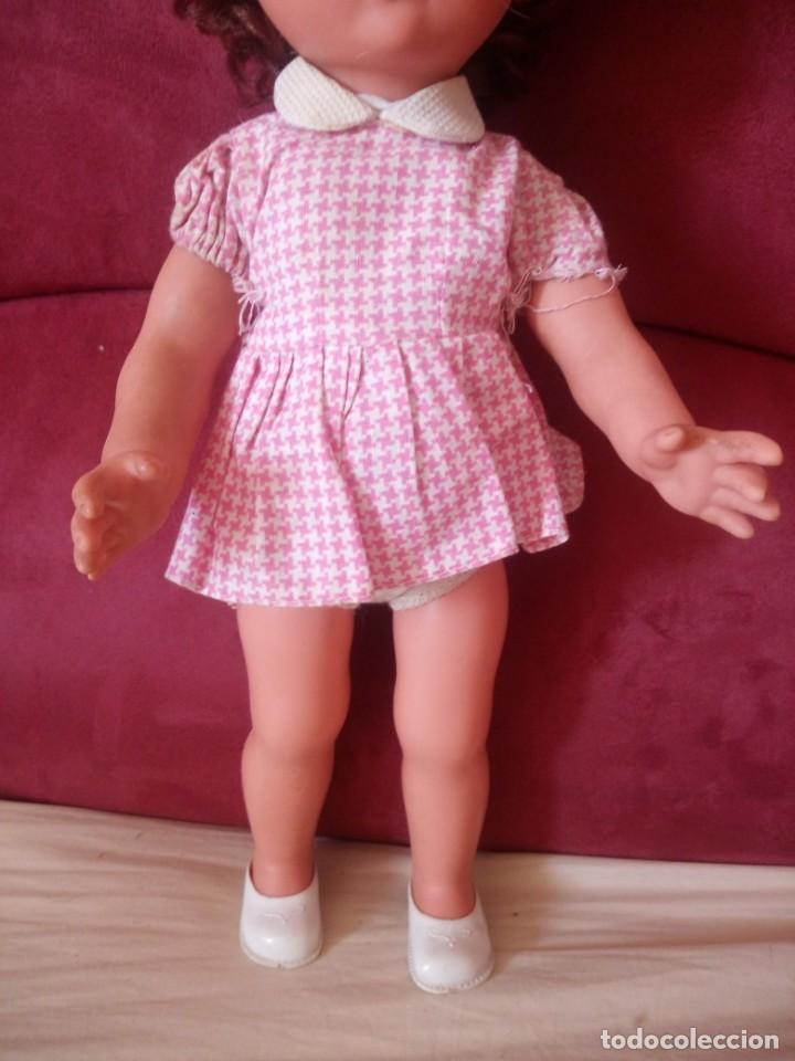 Muñecas Modernas: Preciosa muñeca de plástico posiblemente francesa,grandes ojos. vestida de origen.sin marca.años 70 - Foto 4 - 211750277