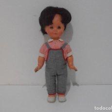 Muñecas Modernas: MUÑECA NIÑO BRUNETTO, PETO Y CAMISA A CUADROS, ITALIA, AÑOS 70. Lote 212620067