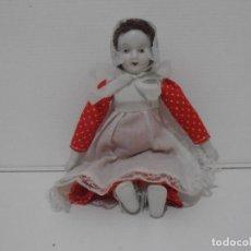 Muñecas Modernas: MUÑECA PORCELANA BLANCA, VESTIDO ROJO, 20 CM. Lote 212628668