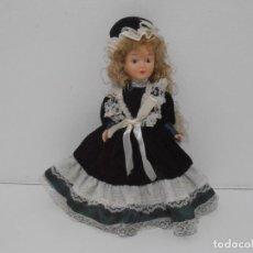 Muñecas Modernas: MUÑECA PORCELANA VICTORIANA, VESTIDO VERDE 25 CM. Lote 212628812