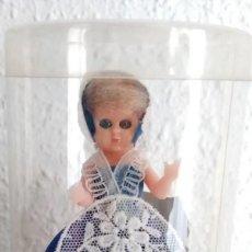 Muñecas Modernas: PEQUEÑA MUÑECA VINTAGE DE BRUSELAS, CON EL TRAJE REGIONAL EN SU CAJA ORIGINAL, AÑO 1957. Lote 213863037